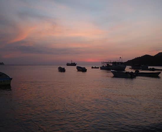 colombie taganga soleil couchant mer bateaux santa marta