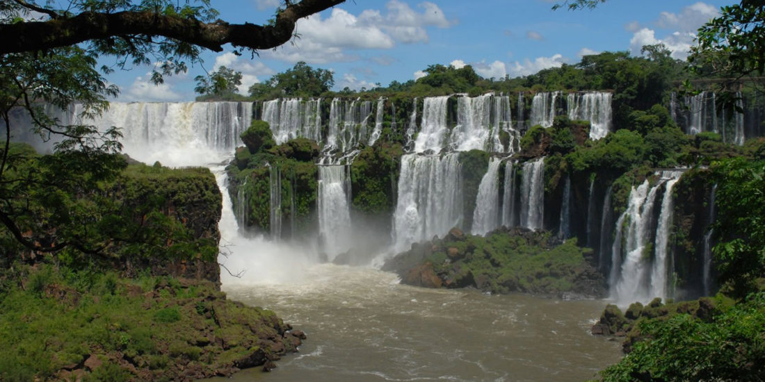 Chutes Iguazu immersion jungle panorama