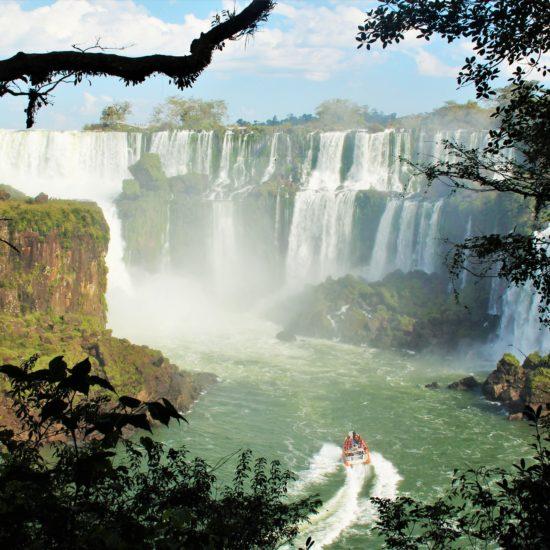 argentine brésil parc national chute iguazu nature merveille catarratas bateau immersion jungle flore verdoyant unesco