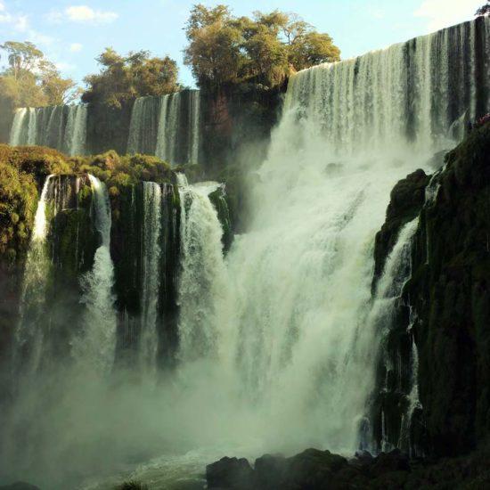 argentine brésil parc national chute iguazu nature merveille catarratas immersion jungle flore verdoyant unesco