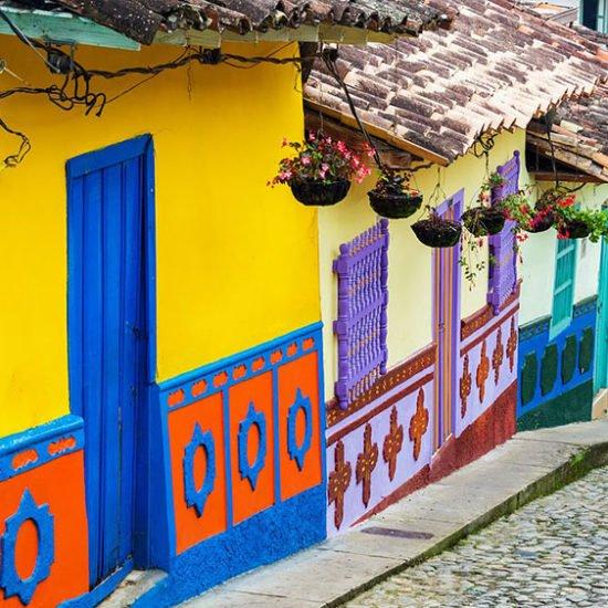 maisons colorées typiques rue pavée colombie bogota capitale