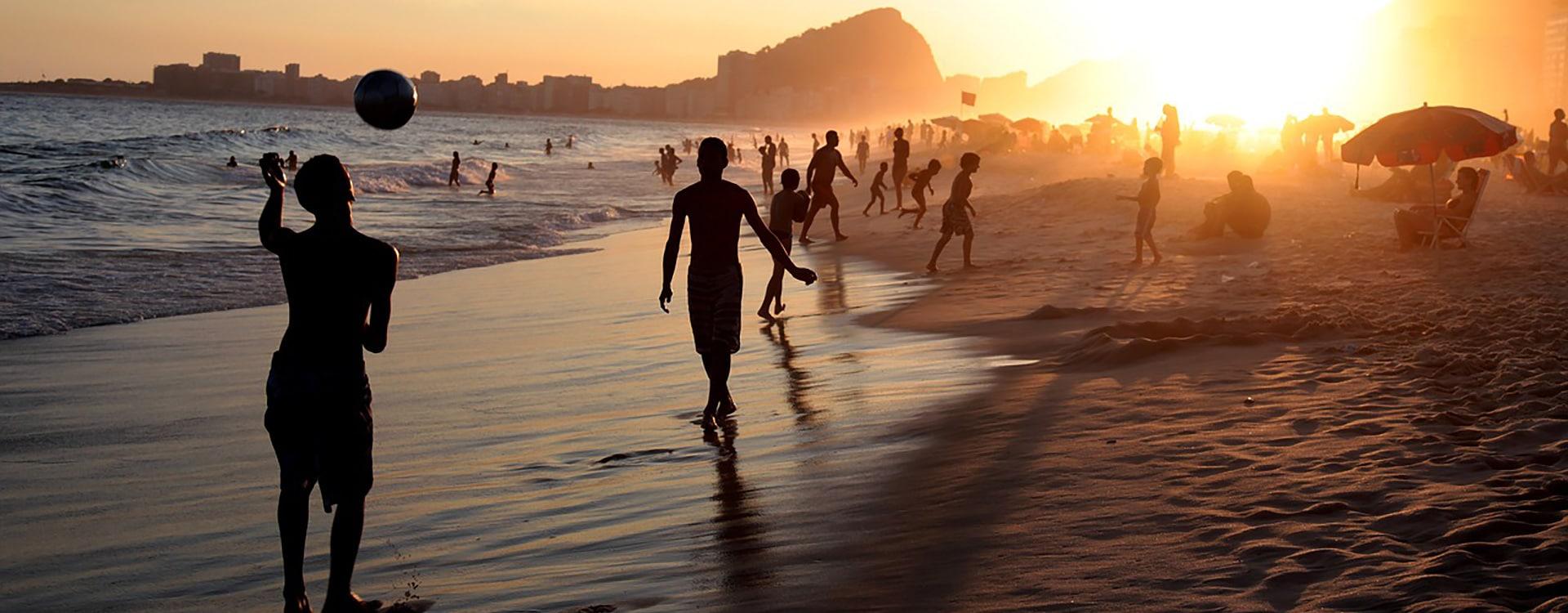 Copacabana Bresil Rio de Janeiro plage sunset foot