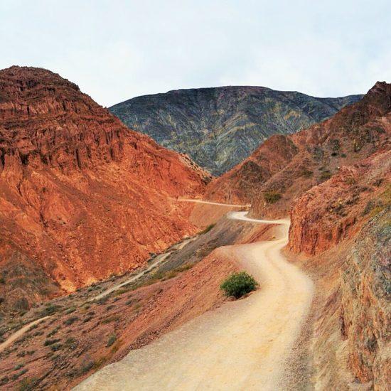 argentine purmamarca montagne 7 couleurs curiosité nord chemin sinueux désertique désert
