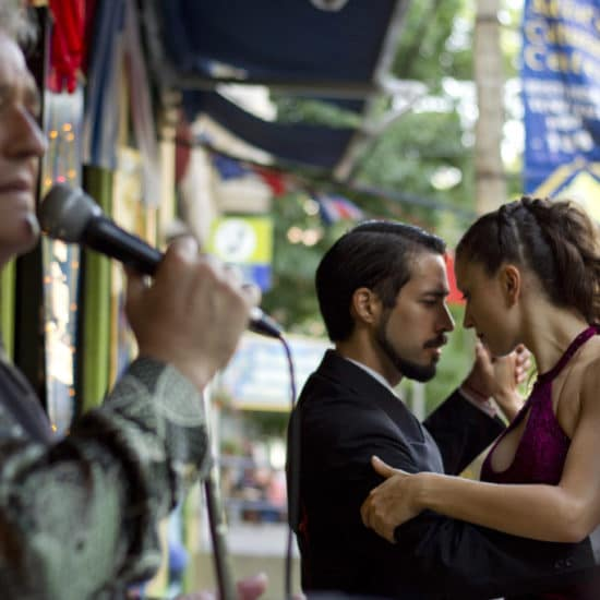 argentine buenos aires capitale stage show tango argentin cours particuliers danse culture locale patrimoine spectacle rouge chanteur musique