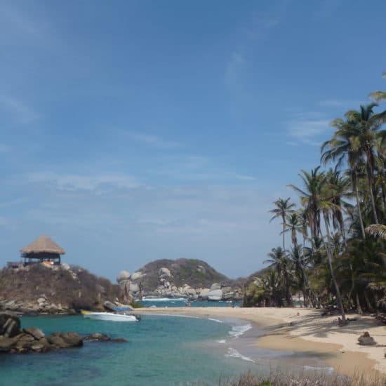 colombie tayrona plage palmiers eau turquoise rochers cahutte