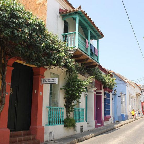 colombie cartagene rue maisons colorées typiques