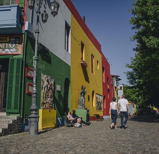 argentine buenos aires irys souvenirs photo expérience unique photographe professionnel rue pavée batiments colorés jaune rouge vert bar