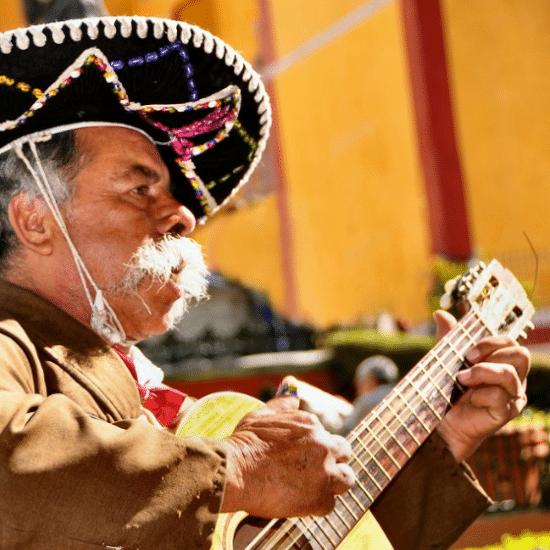 mexique dia de los muertos guanajata guitare chanteur tradition musique fête sombrero