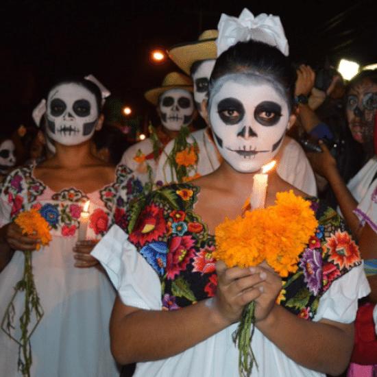mexique dia de los muertos jour des morts procession tradition déguisement maquillage célébration bougie