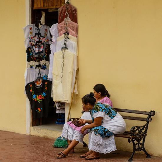 Mexique valladolid yucatan femmes maya communauté locale natifs natives merida artisanat vêtement folklorique traditionnel rue marché culture jaune banc