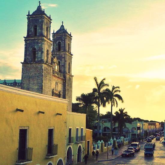 mexique tacos yucatan valladolid architecture coloniale couleur église palmiers église
