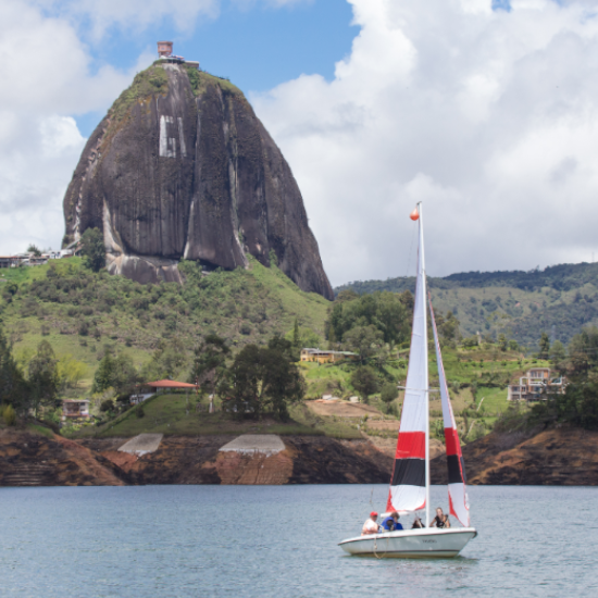 colombie penon guatape montagne bateau panorama monolithe