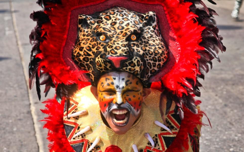 TierraLatina-Colombie--Carnaval-Barranquilla-Homme-Déguisé